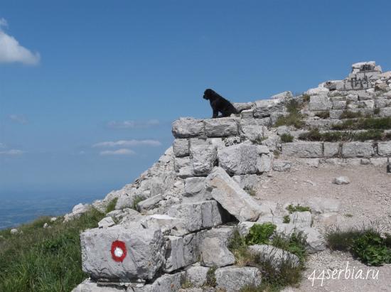 Развалины часовни на вершине горы Ртань