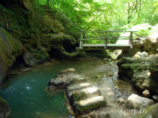 Возле водопада в окрестностях Сокобани