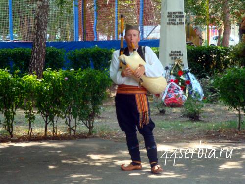 Гайде, музыкант в национальном сербском костюме
