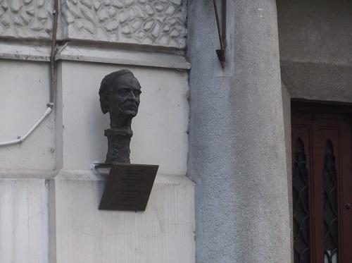 Милорад Павич бюст в Белграде