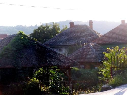 Сербия, дома со старой черепицей