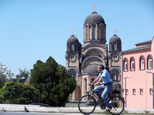 Велосипед на фоне новой церкви