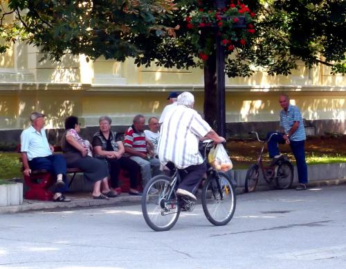 Скверик в Заечаре и пожилой велосипедист