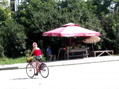 Велосипед и палатка с арбузами