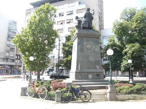 Велосипеды у памятника героям