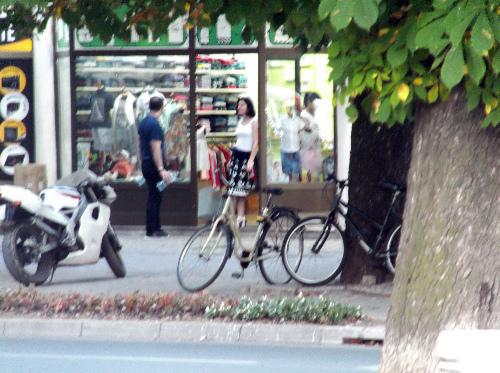 Велосипеды у витрин