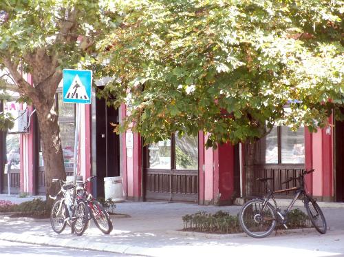 Велосипеды возле административного здания