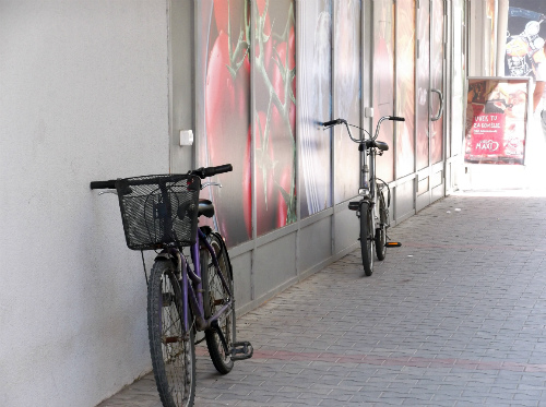 Велосипеды у супермаркета