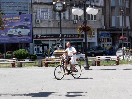 Дедушка и внучка на велосипеде