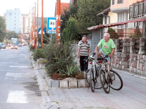 Велосипедисты возле магазина