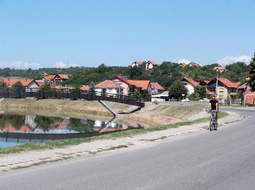 Вид на Бели Брег с велосиипедистом