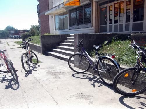 Велосипеды возле магазина