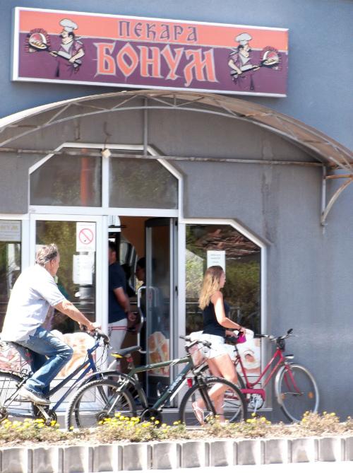 Велосипедная жизнь возле пекарни